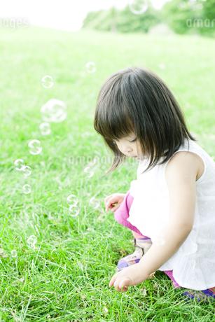 公園で遊ぶハーフの少女の素材 [FYI00143169]