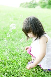 公園で遊ぶハーフの少女の写真素材 [FYI00143169]
