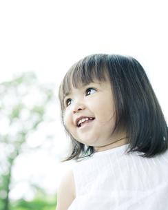 笑顔の可愛いハーフの少女の写真素材 [FYI00143170]