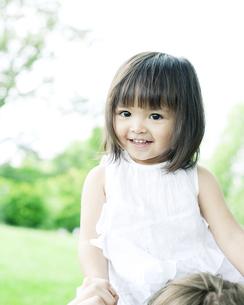 肩車されるハーフの少女の写真素材 [FYI00143171]