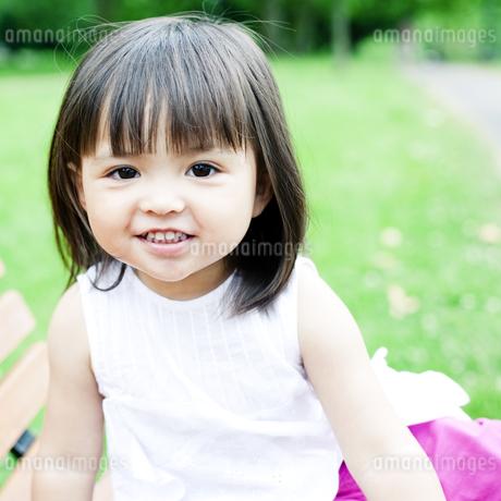 笑顔の可愛いハーフの少女の写真素材 [FYI00143175]