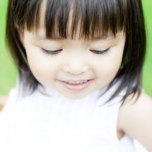 笑顔の可愛いハーフの少女の写真素材 [FYI00143176]