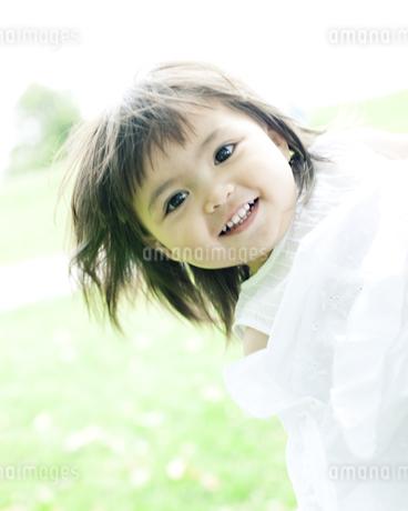 笑顔の可愛いハーフの少女の写真素材 [FYI00143178]