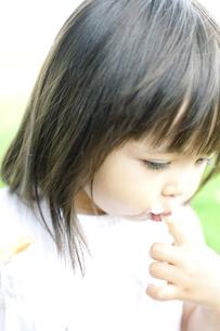 ケーキを食べる少女の写真素材 [FYI00143179]