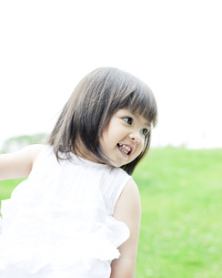 笑顔の可愛いハーフの少女の写真素材 [FYI00143181]