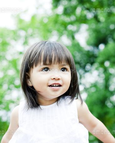 笑顔の可愛いハーフの少女の写真素材 [FYI00143183]