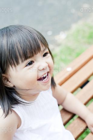 笑顔の可愛いハーフの少女の写真素材 [FYI00143185]