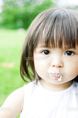 ケーキを食べる少女の写真素材 [FYI00143186]