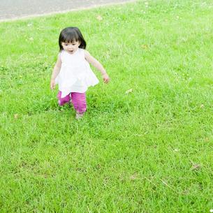 公園で走るハーフの少女の素材 [FYI00143188]