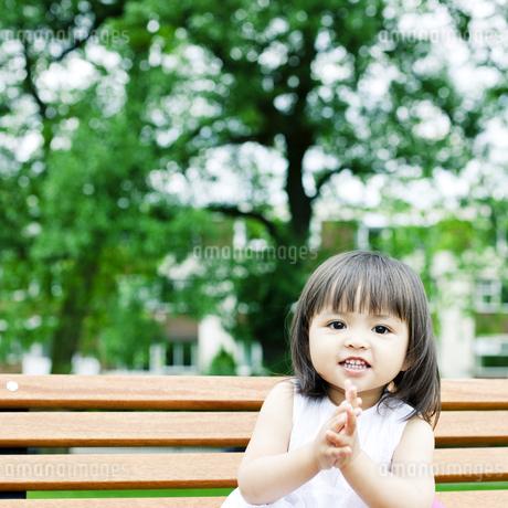 笑顔の可愛いハーフの少女の写真素材 [FYI00143194]