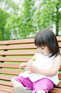 タンポポを見つめるハーフの少女の写真素材 [FYI00143198]