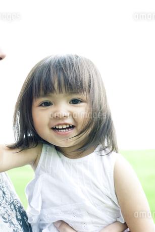 抱きかかえられたハーフの少女の写真素材 [FYI00143212]