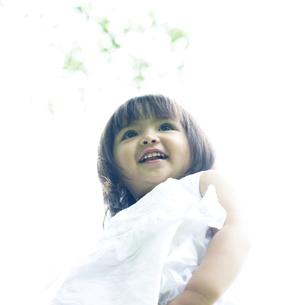 笑顔の可愛いハーフの少女の写真素材 [FYI00143218]