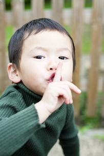指を立てる男の子の写真素材 [FYI00143219]