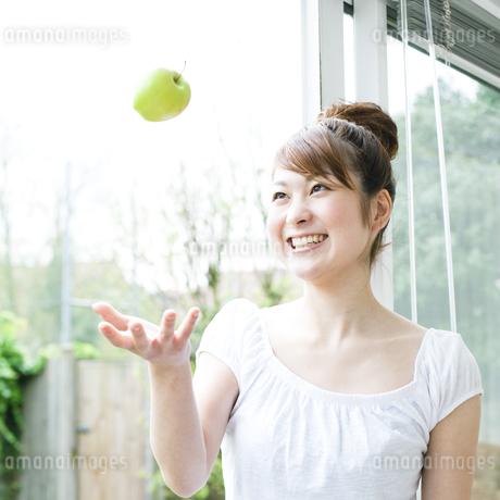 リンゴと若い女性の素材 [FYI00143220]