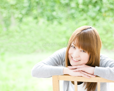 笑顔の若い女性の素材 [FYI00143221]