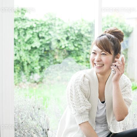 電話する若い女性の写真素材 [FYI00143224]