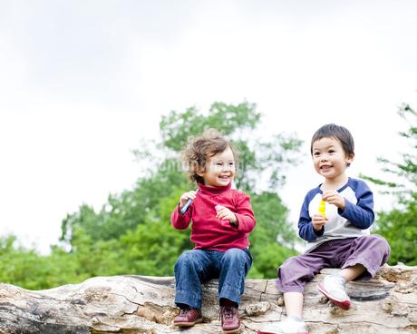 笑顔で遊ぶ男の子と女の子の写真素材 [FYI00143238]