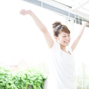 伸びをする若い女性の写真素材 [FYI00143239]