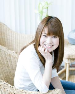 笑顔の若い女性の素材 [FYI00143240]