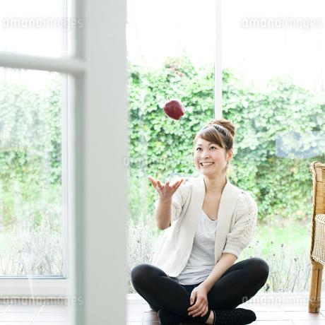リンゴと若い女性の素材 [FYI00143242]