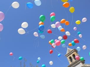 結婚式で空を舞う風船の写真素材 [FYI00143251]