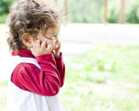 公園ではしゃぐハーフの女の子の素材 [FYI00143254]