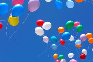 空を舞う風船の写真素材 [FYI00143262]