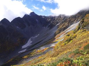 秋色前穂高岳の写真素材 [FYI00143341]