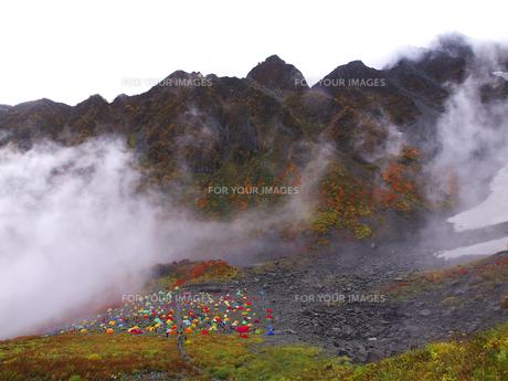 涸沢キャンプ場と前穂高岳の写真素材 [FYI00143436]