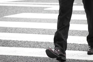 歩くビジネスマンの写真素材 [FYI00143470]