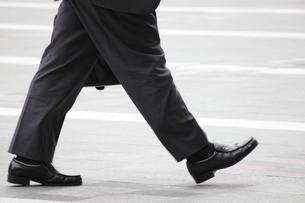 歩くビジネスマンの写真素材 [FYI00143471]