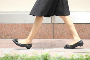 歩く女性の写真素材 [FYI00143472]