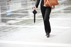 歩くビジネスウーマンの写真素材 [FYI00143493]