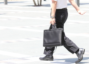 鞄を持って歩くビジネスマンの写真素材 [FYI00143521]