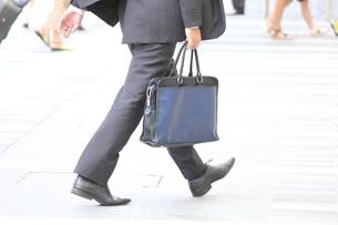 歩くビジネスマンの写真素材 [FYI00143538]