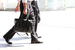 歩く二人のビジネスマンの写真素材 [FYI00143573]