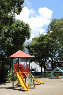 児童公園の遊具と木立の写真素材 [FYI00143598]