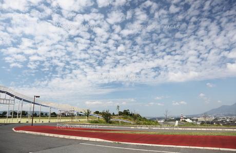 公園とうろこ雲の秋空の写真素材 [FYI00143627]