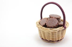籠に盛ったチョコレートパイの写真素材 [FYI00143635]