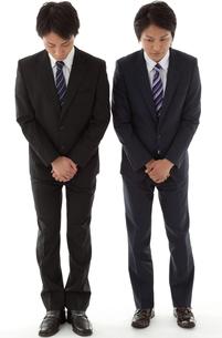 お辞儀をする二人のビジネスマンの写真素材 [FYI00144240]