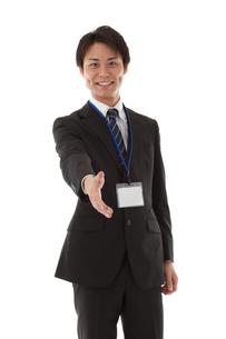 握手を求める若いビジネスマンの写真素材 [FYI00144242]