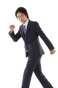 スタンディングスタートポーズのビジネスマンの写真素材 [FYI00144244]