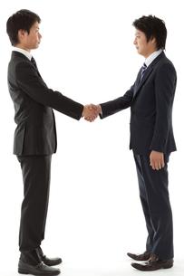 握手する若いビジネスマンの写真素材 [FYI00144254]