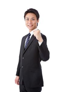 ガッツポーズをする若いビジネスマンの写真素材 [FYI00144256]