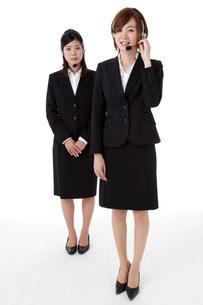 インカムを装着した二人の若いビジネスウーマンの写真素材 [FYI00144260]