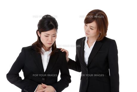 腹痛の同僚を心配するビジネスウーマンの素材 [FYI00144283]