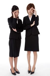 頭痛で悩む二人のビジネスウーマンの写真素材 [FYI00144288]