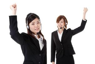 ガンバローポーズの二人の若いビジネスウーマンの写真素材 [FYI00144302]
