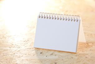 荒い木目テーブル上の白無地ノートの写真素材 [FYI00144315]